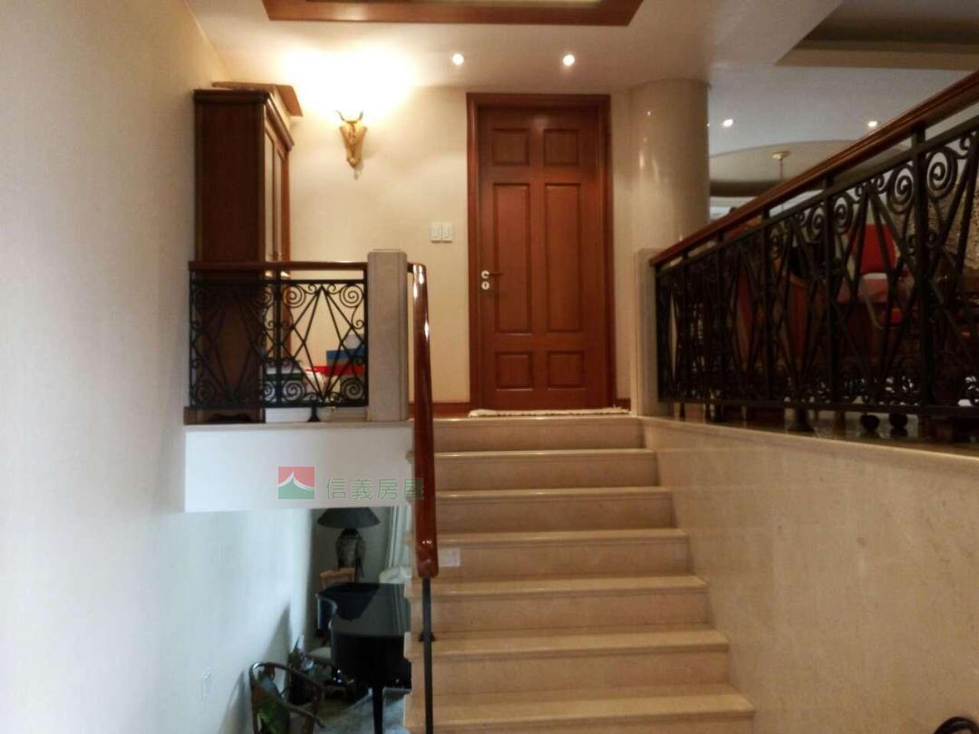 信义实景-顶楼上复式豪华欧式精装修,附赠40平套间
